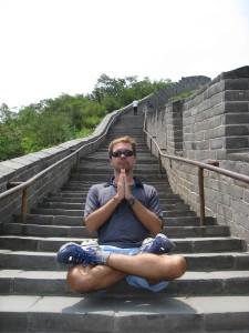 In Meditazione sulla Grande muraglia cinese, vicino a Pechino