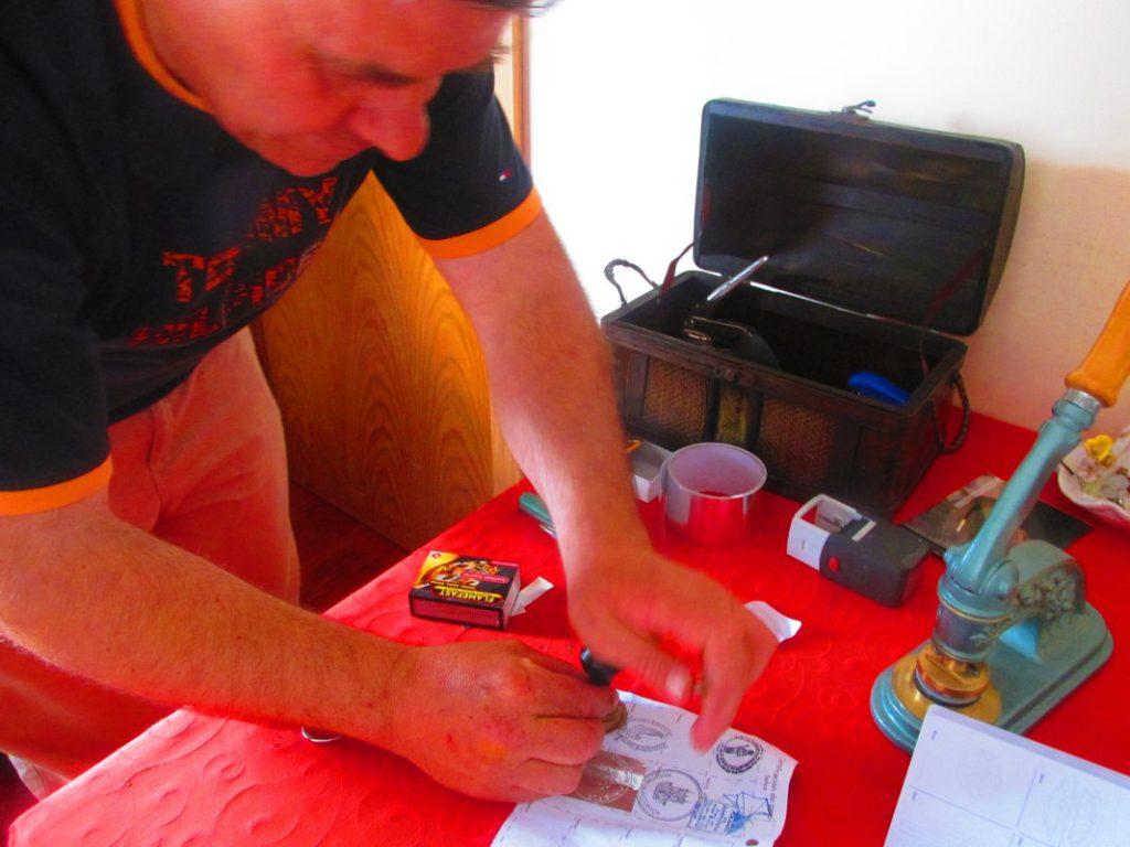 Carlos, Albergaria Pinheiro, mentre produce il timbro più bello del camino di santiago