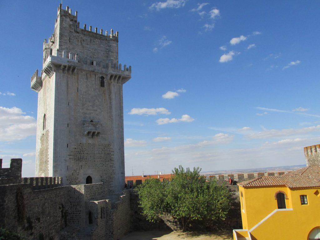 Castello di Beja, con la maestosa torre d'avorio
